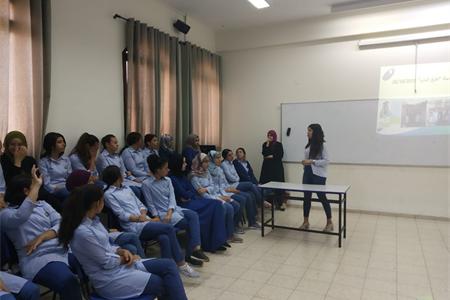 خرّيجة المدرسة جيانا عنوز تمرّر ورشة توعوية للطلاب في موضوع السرطان