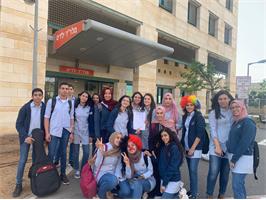 نجوم القاسمي وإبداعاتهم خلال زيارة قسم الأطفال في مَشفى هلل يافة، بقيادة مجموعة من طالبات الحادي عشر 4