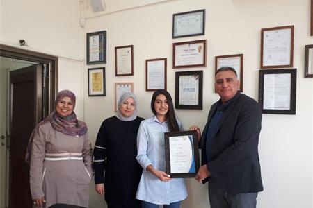 فوز الطالبة نادين أبو مخ من الثاني عشر 4 بجائزة